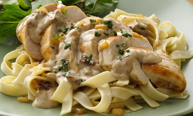 من ايطاليا اليكن :مكرونة فيتوتشيني بالدجاج والمشروم