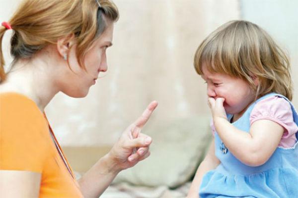 ابنتها  الصغيرة خجولة بشكل مقلق